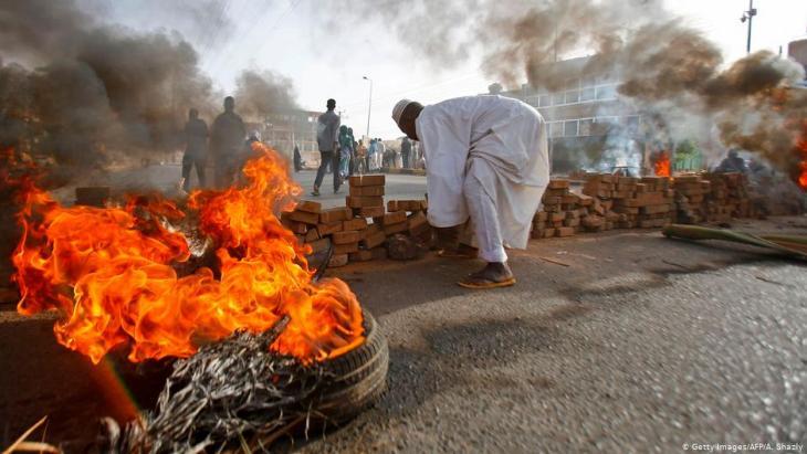 حواجز ومتاريس وإطارات محروقة في الخرطوم - السودان - 03 / 06 / 2019. Foto: Getty Images/AFP