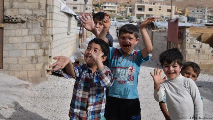 آلاف اللاجئين السوريين يخشون مصيرهم في لبنان بعد قرار حكومي لبناني بهدم مساكنهم شبه الدائمة - كما تقول وكالات إغاثية