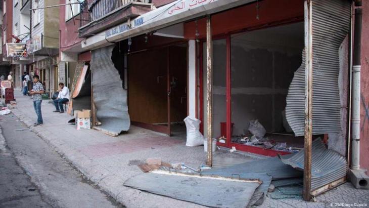 الصورة: بعد محاولة الانقلاب الفاشلة في تركيا عام 2016 نزلت حشود من الناس إلى الحي السوري في أنقرة وحطم بعضهم بعنف النوافذ وخربوا واجهات المحلات ونهبوا معظم المتاجر السورية العاملة على طول طريق التسوق الرئيسي في المنطقة.