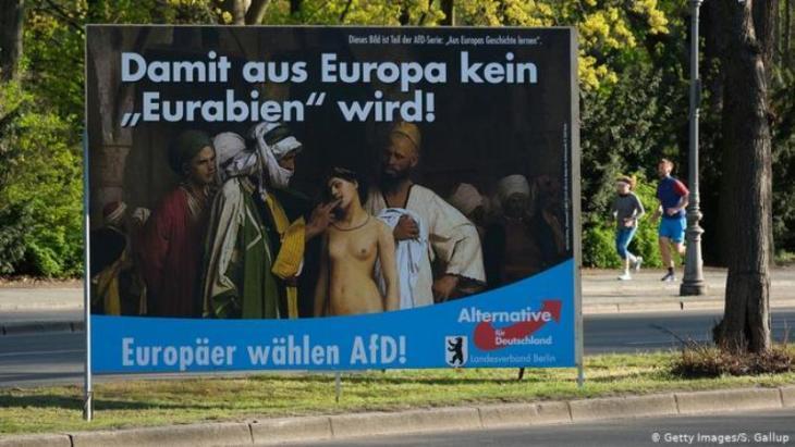 """في الصورة ملصق ترويجي دعائي انتخابي لحزب """"البديل من أجل ألمانيا"""" الشعبوي المناوئ للإسلام والهجرة مكتوب عليه: (كي لا تصبح أوروبا """"عوروبا"""" - الأوروبيون ينتخبون حزب البديل من أجل ألمانيا)، """"عوروبا"""" في إشارة إلى العرب والمسلمين.  (photo: Getty Images/S. Gallup)"""