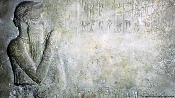 يقع موقع بابل الأثري على بعد 85 كيلومترا من العاصمة بغداد ويتكون من آثار المدينة التي كانت مركز الإمبراطورية البابلية الحديثة بين عامي 626 و539 قبل الميلاد إلى جانب عدد من القرى والمناطق الزراعية المحيطة بالمدينة القديمة.