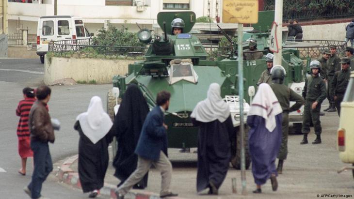 عسكريون في باب الواد، وهو حي فقير في الجزائر العاصمة، في عام 1992. Foto: AFP/Getty Images