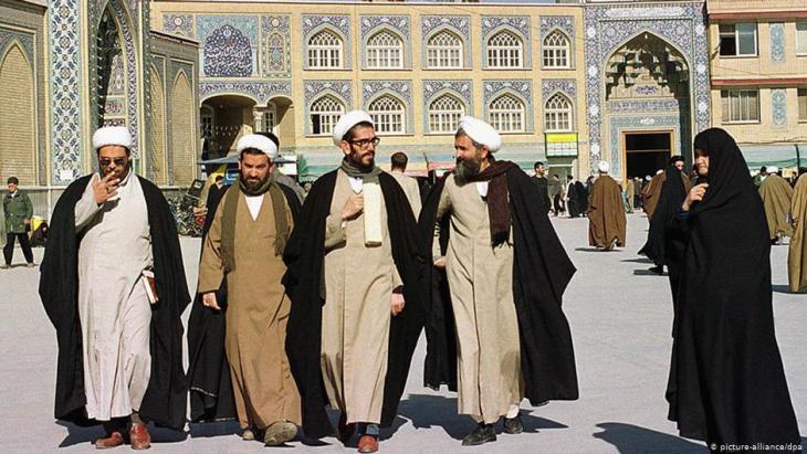رجال دين إيرانيون في مدينة قُم - إيران. Foto: dpa/picture-alliance