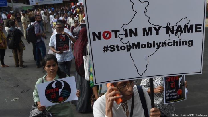 متظاهرون هنود يشاركون في احتجاج على موجة من جرائم القتل التي تستهدف الأقليات بحجة حماية الأبقار - مومباي  03 / 07 /  2017.  (photo: Getty Images/AFP/I. Mukherjee)