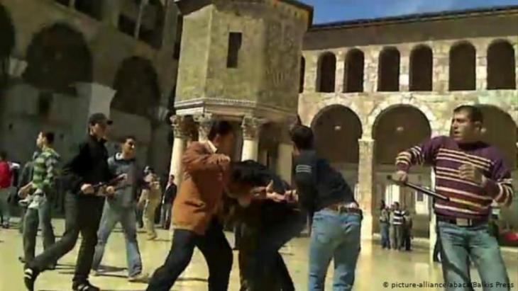 قوات الأجهزة المخابراتية تلاحق المتظاهرين في شهر مارس 2011 في دمشق.الصورة: picture-alliance /abaca/ Balkis press