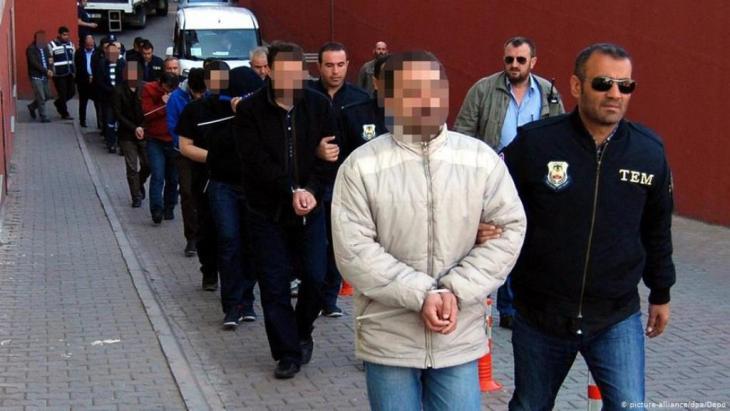 """آلاف الموظفين من جهاز الدولة اصبحوا ضحايا حملة أردوغان """"للتطهير"""""""
