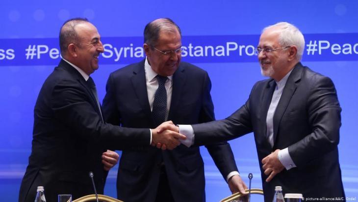 في عام 2018 وافق وزراء الخارجية: مولود تشاووش أوغلو (تركيا ، يسار) وَ سيرغي لافروف (روسيا ، وسط) وَ جواد ظريف (إيران ، يمين) على الاتفاق بشأن إدلب.