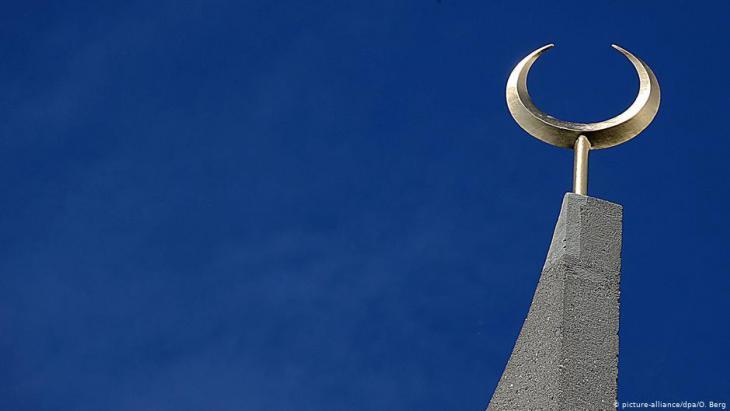 المسجد المركزي في مدينة كولونيا - ألمانيا  - مئذنة الهلال الذهبي. (picture-alliance/dpa/O. Berg)