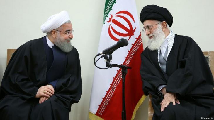 الزعيم الروحي الإيراني آية الله علي خامنئي (يمين) والرئيس حسن روحاني.  Foto: leader.ir