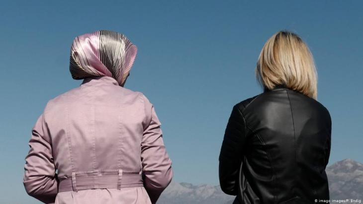 صورة رمزية عن الاختلاف - امرأة محجبة وامرأة شقراء