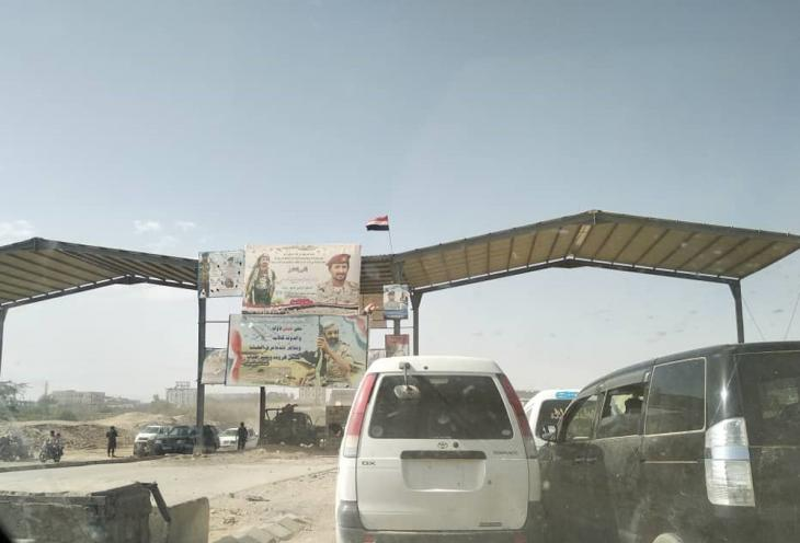 حاجز على الطريق المؤدية إلى مدينة مأرب في اليمن، حيث تخلّد اللوحات الإعلانية الكبيرة ذكرى الذين قتلوا في المواجهات ضد الحوثيين. (photo: Ahmed Nagi)