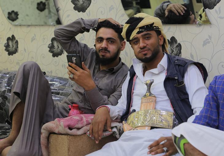 في مدينة مأرب بِـ اليمن - شابان يمنييان يمضغان القات (وهو نبتة منشّطة أشبه بالكوكا) في صالون حلاقة محلّي. (photo: Ahmed Nagi)