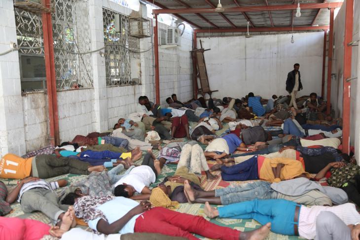 في مدينة مأرب بِـ اليمن - مهاجرون أفارقة ينامون في مساحة صغيرة عند مدخل أحد المساجد. (photo: Ahmed Nagi)