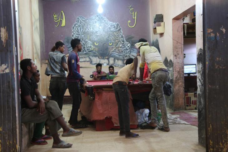 في مدينة مأرب باليمن - مهاجرون أفارقة يلعبون البلياردو في مقهى للألعاب والإنترنت.  (photo: Ahmed Nagi)