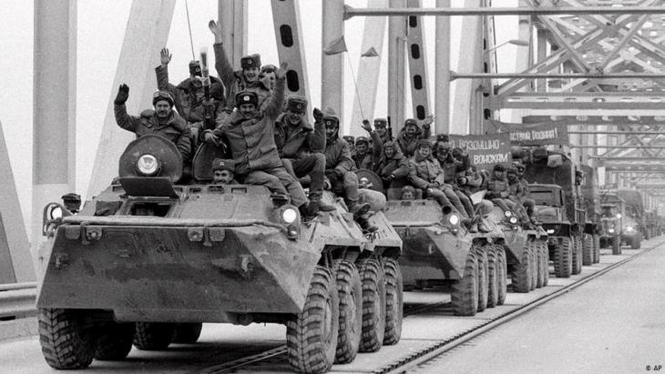 انسحاب آخر الوحدات العسكرية السوفييتية من ترميز ، أفغانستان في 15 فبراير / شباط 1989.  Foto: AP