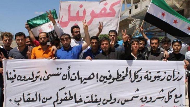 نشطاء ديمقراطيون سوريون في بلدة كفرنبل شمال سوريا في محافظة إدلب.  Foto: Dawlati