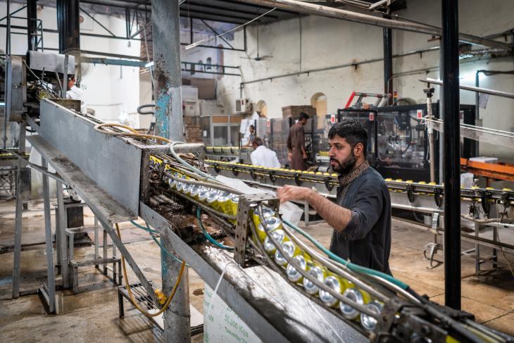 : عامل يقوم في قاعة داخل منشآت مصنع بيرة مري بمراقبة علب المشروبات، التي يتم غسلها قبل أن يتم ملؤها بالمشروبات الكحولية والمشروبات الخالية من الكحول. Foto: Philipp Breu