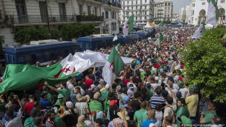 احتجاجات في عاصمة الجزائر 02 / 08 / 2019.  Foto: picture-alliance/dpa/abaca
