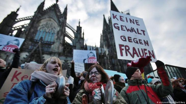 مظاهرة أمام كاتدرائية كولونيا ترفض العنف ضد النساء على خلفية أحداث رأس السنة 2016.