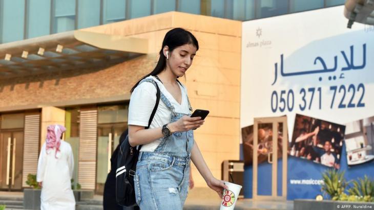 """مناهل العتيبي تقول: """"منذ أربعة أشهر، منذ أن جئت إلى الرياض، وأنا لا أرتدي العباءة""""."""