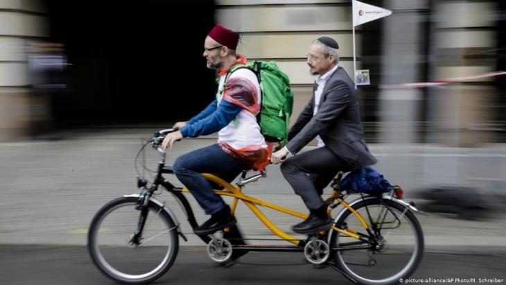 يهودي ومسلم يقودان معا دراجة هوائية ثنائية المقاعد عبر عاصمة ألمانيا - برلين.  Foto: picture-alliance/AP