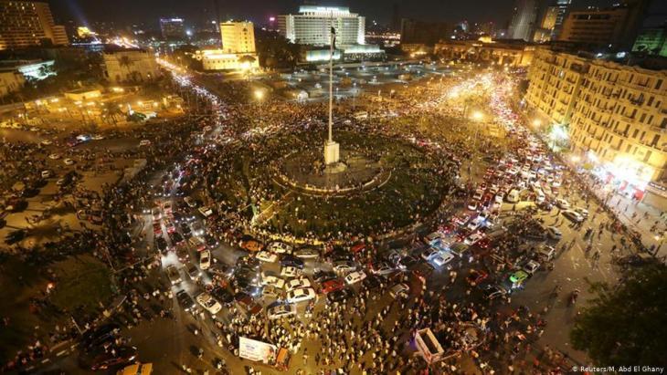 """استلهم عصام أغنيته """"ارحل"""" من هتافات المتظاهرين في ساحة التحرير في القاهرة. وقام بأدائها لهم هناك."""