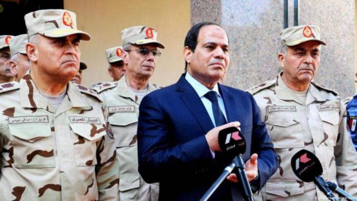 الرئيس المصري عبد الفتاح السيسي مع جنرالات الجيش.