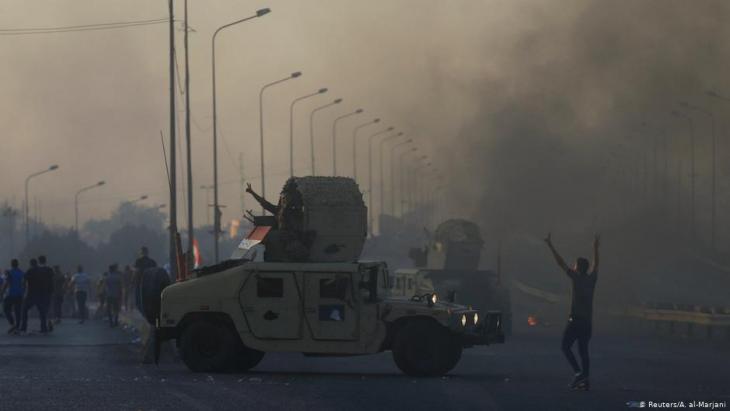 مصفحة لقوات الأمن العراقي - مظاهرات واحتجاجات على الفساد وسوء أحوال المعيشة - بغداد - العراق.