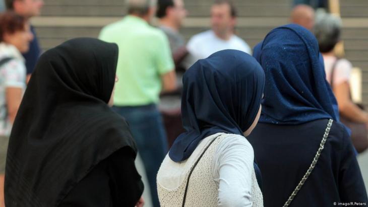 نساء محجبات في مركز مدينة ميونخ. ألمانيا. ; Foto. Imago/Ralph Peters
