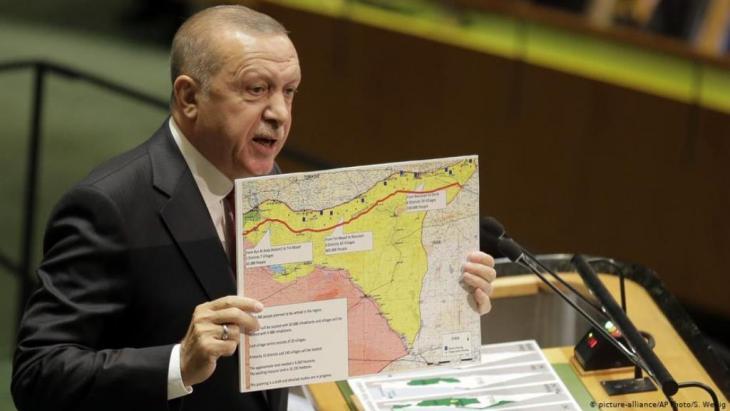الرئيس التركي رجب طيب اردوغان يعرض خارطة المنطقة الآمنة المقترحة في اجتماع الجمعية العامة للأمم المتحدة في أيلول/ سبتمبر 2019