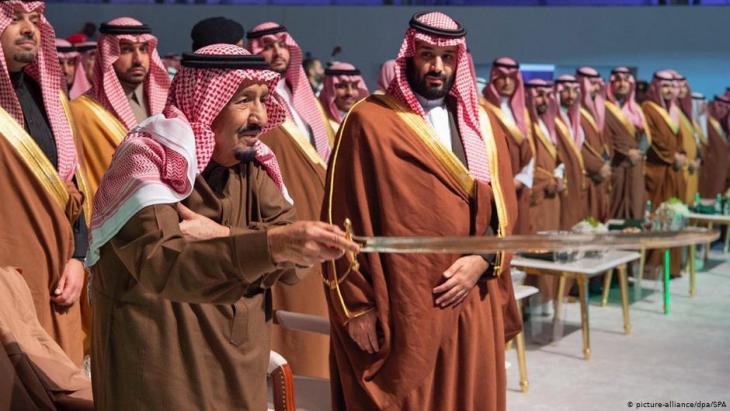 محمد بن سلمان يثير سخط النخبة الحاكمة بالسعودية. في الصورة مع والده الملك سلمان