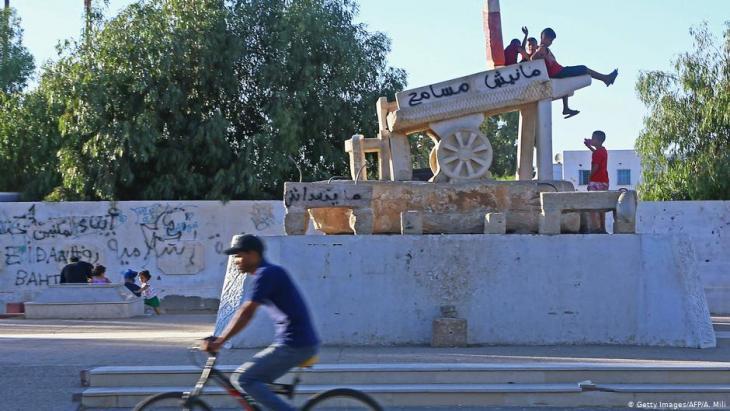 نصب تذكاري يخلد محمد البوعزيزي في ميدان رئيسي بمدينة سيدي بوزيد