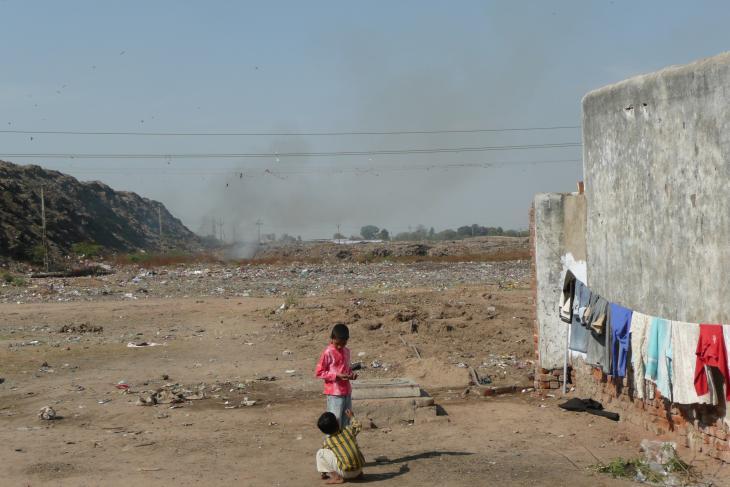 """حي من الصفيح واقع في ضواحي مدينة أحمد آباد باسم سيتيزن-ناغر """"مستوطنة المواطنين"""" - الهند.  Foto: Dominik Müller"""