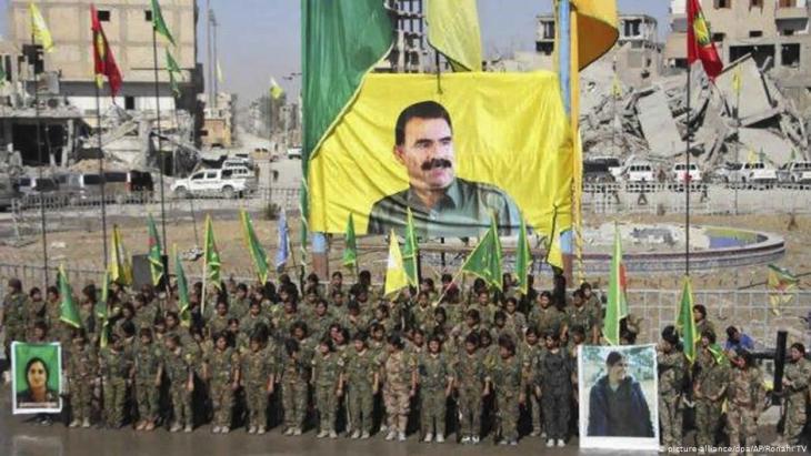 وحدات قتالية نسائية مقاتلة من وحدات الشعب الكردية في مدينة الرقة - سوريا. Foto: Ronahi TV/dpa