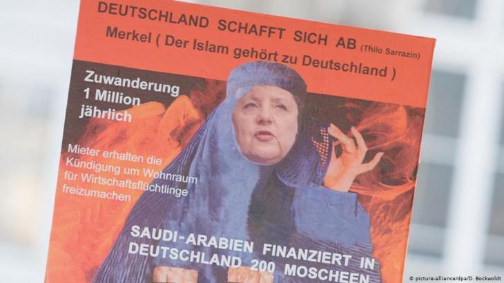 أنصار حزب البديل من أجل ألمانيا (أ ف د) في هامبورغ 31 / 10 / 2015 يرفعون لافتة ضد الإسلام والمستشارة الألمانية أنغيلا ميركل والمهاجرين. Foto: picture-alliance/dpa/D. Bockwoldt