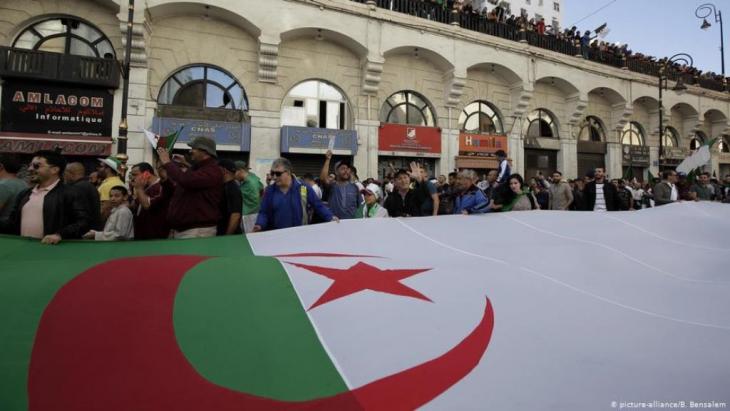 مظاهرة ضد الحكومة في العاصمة الجزائرية يوم الاول من نوفمبر 1919. الصورة (picture-alliance/B. Bensalem)