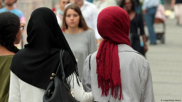 نساء محجبات في مركز مدينة ميونخ. ألمانيا.