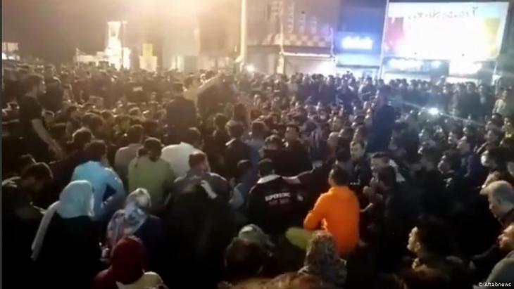 إيران - مقتل مدني وإصابة آخرين باحتجاجات اتسعت غداة قرار حكومي برفع أسعار البنزين في بلد تضغطه العقوبات