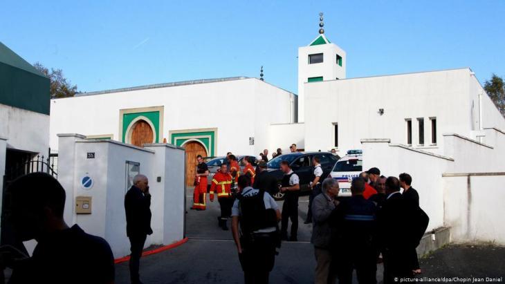حاول في نهاية شهر تشرين الأوَّل/أكتوبر 2019 شخصٌ عمره أربعة وثمانون عامًا إحراق مسجد مدينة بايون الواقعة في جنوب فرنسا، وقد أطلق النار على رجلين من المصلين [وأُصِيبَا بجروح خطيرة].  Foto: picture-alliance/dpa