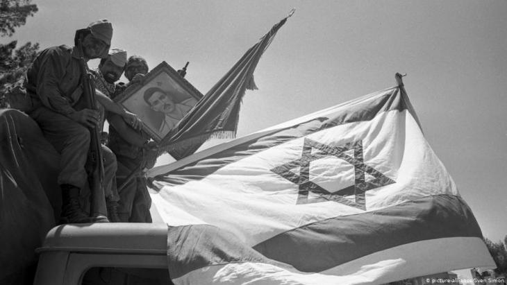 جنود إسرائيليون عند صورة جمال عبد الناصر بعد دخولهم سيناء في مصر بعد حرب الأيام الستة. Foto: picture-alliance