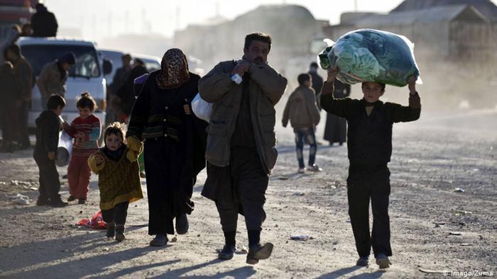 لاجئون سوريون اضطروا إلى مغادرة تركيا والعودة إلى بلدهم الأم عبر الحدود. (photo: Imago/Zuma)