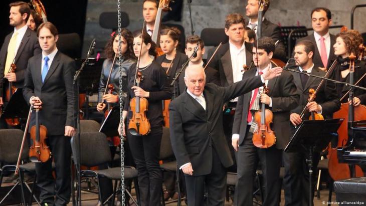 فرقة أوركسترا الديوان  بقيادة الموسيقار دانيال بارنبويم.  Foto: picture-alliance/dpa