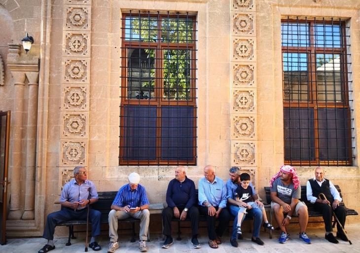 أناس أمام كنيسة مور بارسارمو في منطقة مديات - تركيا.  Foto: Marian Brehmer