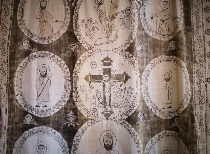 سجادة حائطية سريانية أرثوذكسية لكنيسة في منطقة طور عابدين التركية. Foto: Marian Brehmer