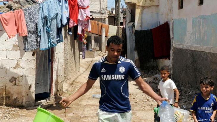 في الأحياء الفقيرة بمدينة الدار البيضاء يعاني عشرات الآف الشبان غياب التأهيل والعمل وفرص بناء المستقبل
