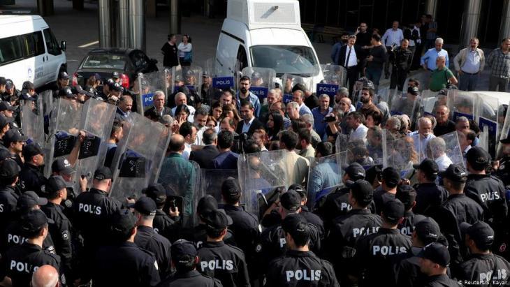 أنصار حزب الشعوب الديمقراطي المؤيد للأكراد 21 / 10 / 2019 في منطقة ديار بكر - تركيا - في احتجاجات على احتجاز قادة سياسيين محليين. (photo: Reuters/Sertac Kayar/File Photo)
