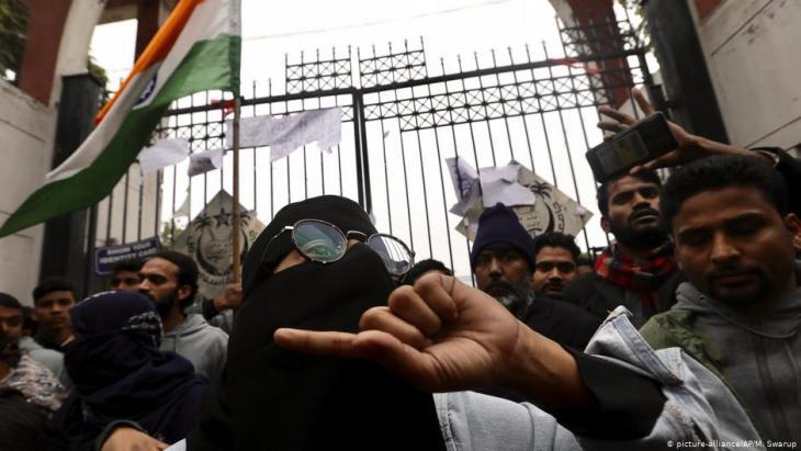 """احتجاجات ضد قانون الجنسية الجديد """"التمييزي ضد المسلمين"""" في الهند 16 / 12 / 2019.  (photo: AP/Manish Swarup)"""