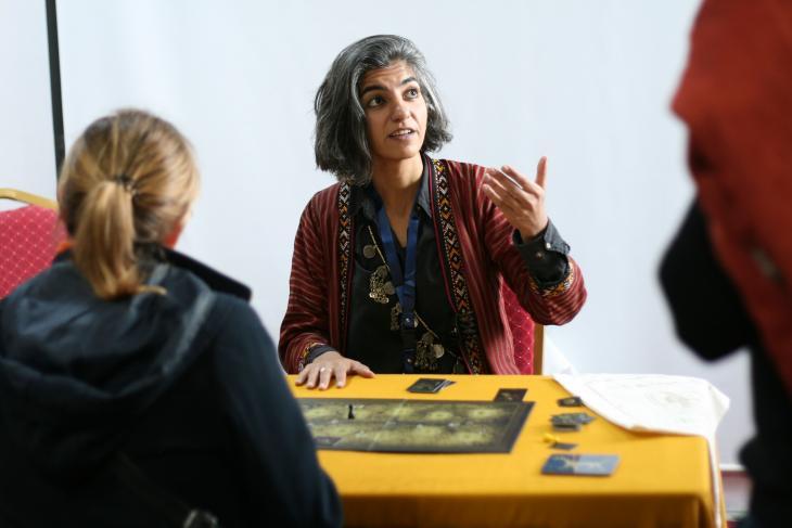 """الفنانة وعالمة الآثار العراقية لانا حداد قامت بتصميم لعبة الألواح التي ابتكرتها باسم """"الإمبراطورية الآشورية"""". Foto: Christopher Resch"""