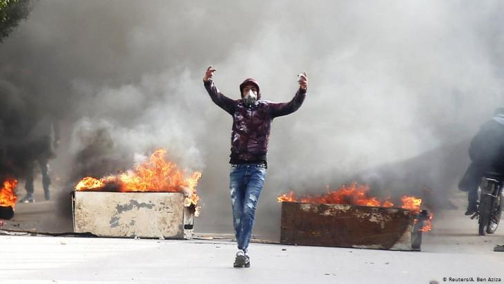 موت الصحفي التونسي عبد الرزاق زرقي في نهاية ديسمبر / كانون الأول عام 2018 أدى إلى احتجاجات غاضبة.  Foto: Reuters