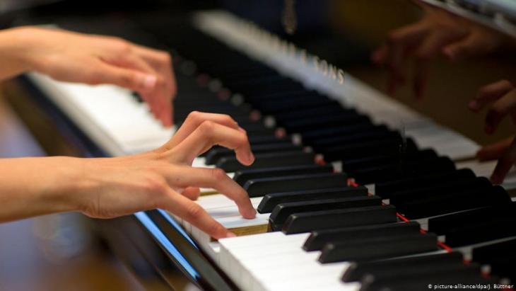 عزف على البيانو - صورة رمزية